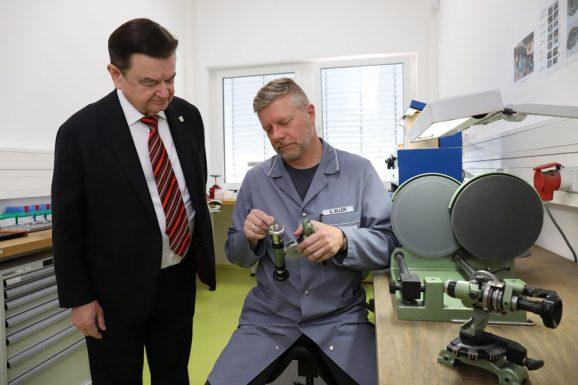 Lothar Schmidt mit Lars Eller, der gerade ein Gehäuse aufarbeitet