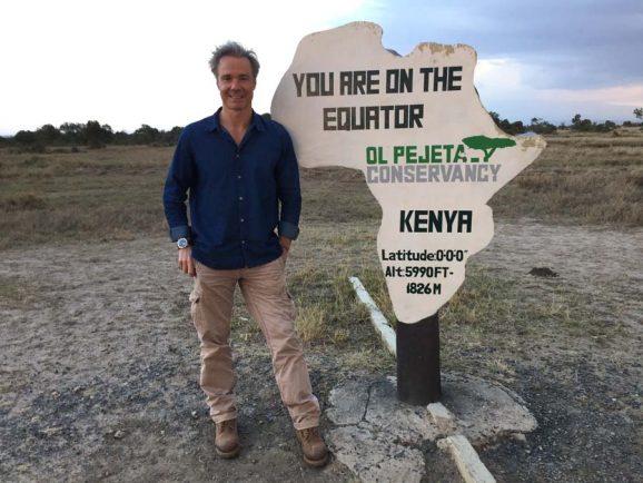 Hannes Jaenicke am Äquator für eine Dokumentation über bedrohte Nashörner.