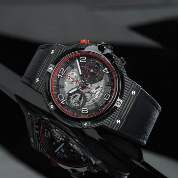 Die Hublot Classic Fusion Ferrari GT 3D Carbon seitlich liegend