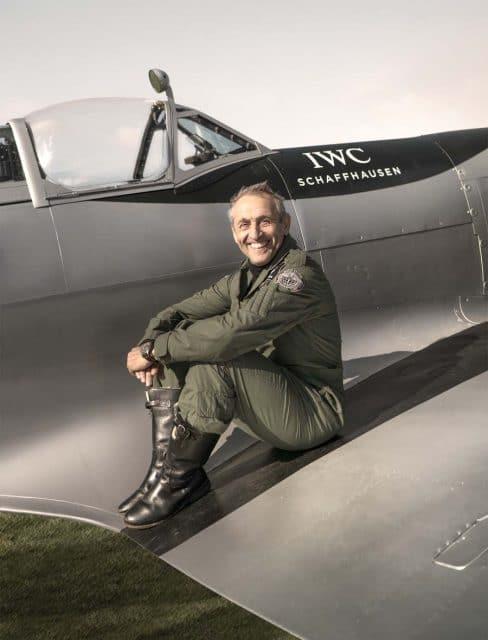 """Steve Boultbee-Brooks umrundet gemeinsam mit seinem Fliegerfreund Matt Jones die Welt in einer Spitfire. Mit an Bord ist die IWC Pilot's Watch Timezoner """"The Longest Flight"""""""
