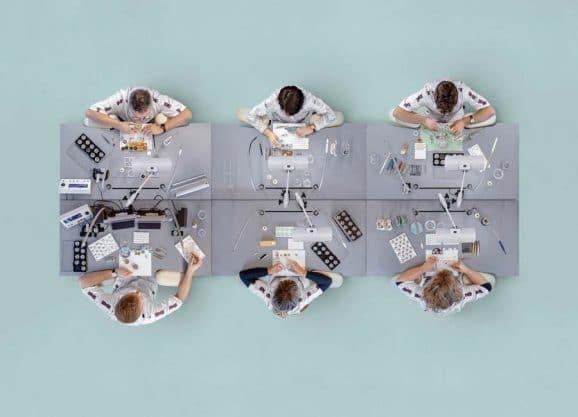 Der etwas andere Blick auf das Kulturgut Armbanduhr: Ansicht der Nomos-Werkstatt von oben.