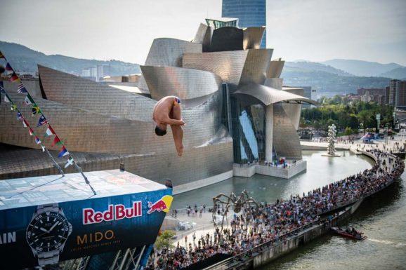 Mido-Markenbotschafter Jonathan Paredes bei seinem Sprung von der 27 Meter hohen Plattform in den Fluss Nervión in Bilbao. Anlass war die von Red Bull organisierte und von Mido unterstützte Weltmeisterschaft im Cliff Diving.