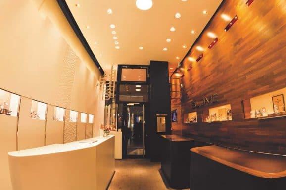 Uhren zum Anfassen, stilvoll inszeniert: so präsentieren Juweliere wie Weber in Gelsenkirchen und Blome-Uhren in Düsseldorf (im Bild) die raffinierten Kunstwerke fürs Handgelenk.