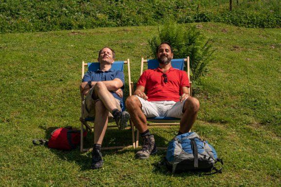Nach getaner Arbeit: Im Liegestuhl warten wir auf den Hüttenbus ins Tal