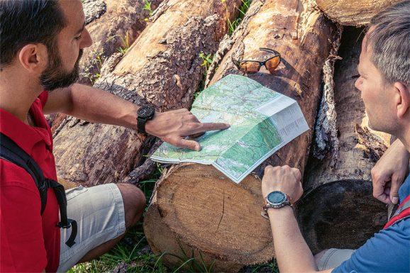 Am Anfang der Wanderung gleichen die Redakteure die auf der Garmin geplante Route mit der Wanderkarte ab