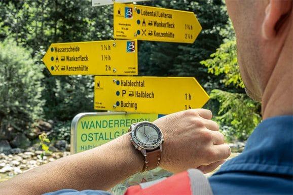 Digital: Als der Wegweiser in beiden Richtungen die Kenzenhütte anzeigt, checkt Jens Koch die Route auf der Garmin-Uhr ...