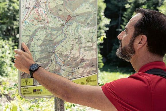 ... während Alexander Krupp die an der Gabelung aufgestellte Karte zu Rate zieht