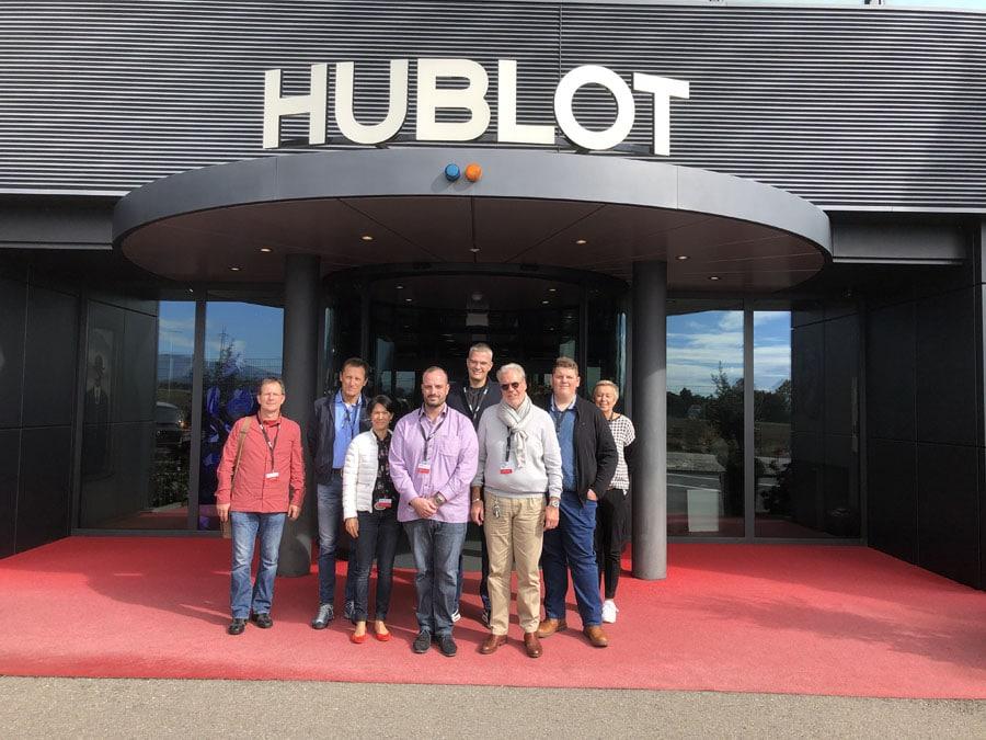 Die Teilnehmer der Chronos-Leserreise Genf 2019 vor dem Hublot-Manufakturgebäude