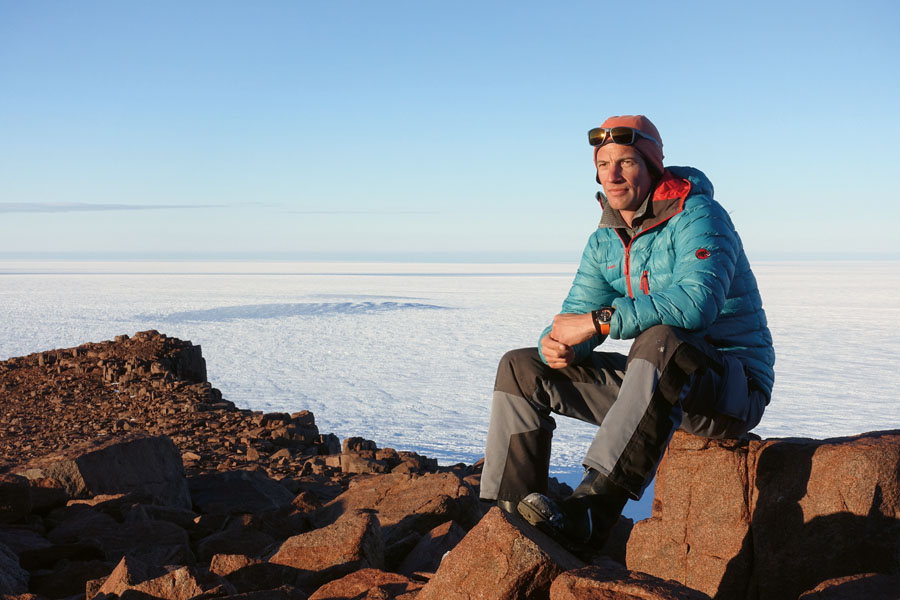 Martin Leitl auf einer Felsinsel in der Antarktis