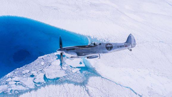 Die IWC Silver Spitfire überflog auf ihrer Weltumrundung auch Grönland