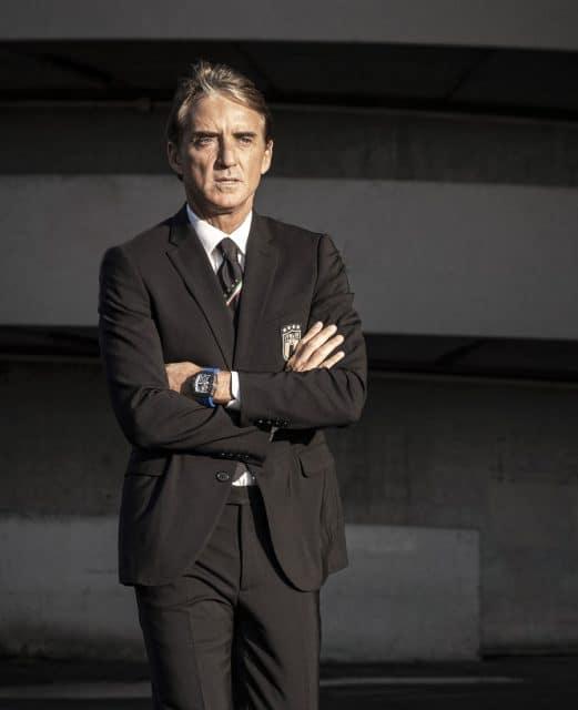 Italiens Nationaltrainer Roberto Mancini mit der neuen Fußballuhr