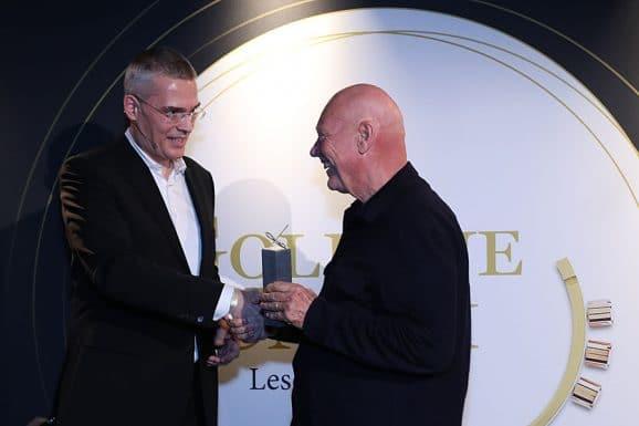 Jean-Claude Biver erhält bei der Goldenen Unruh 2020 den Lifetime Achievement Award von Rüdiger Bucher, Redaktionsdirektor Uhrenmedien der Ebner Media Group