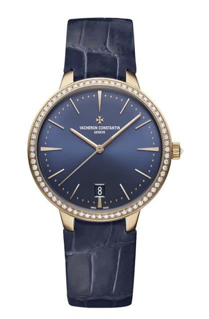Die Damenversion der Patrimony Automatik zeigt sie sich mit nachtblau-satiniertem Sonnenschliff-Zifferblatt und einem 36,5 Millimeter großen Roségold-Gehäuse. Die Lünette ist besetzt mit 68 rund geschliffenen Diamanten - auch die Krone ist diamantbesetzt. Hinter einem Saphirglasboden entfaltet sich mit dem Automatik-Kaliber 2450 Q6/2 ebenfalls feine Eleganz, denn es ist mit der Genfer Punze ausgezeichnet.