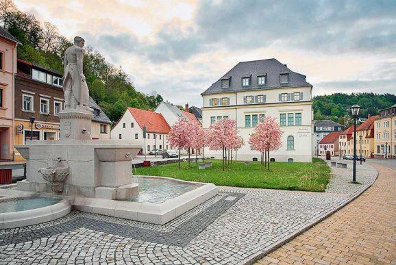 Aussenansicht der Rückseite des deutschen Uhrenmuseums mit dem Zeitgarten
