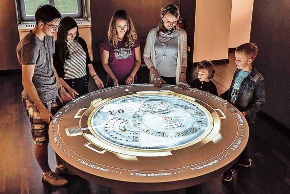 Interaktive Ausstellung: Einzelteile eines Uhrwerks entdecken