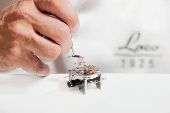 Einsetzen von Unruh samt Kloben bei der Laco Uhrenmanufaktur in Pforzheim