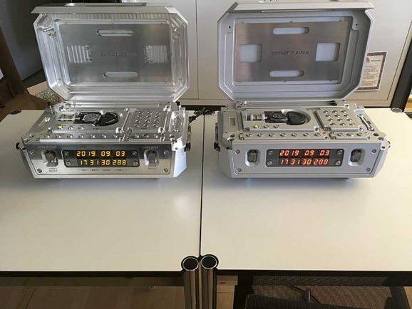 Zeitgleich: Die beide Atomuhren zeigen die gleiche Zeit. Die tausendstel Sekunde können weder Auge noch Kamera erfassen