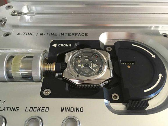 Angedockt: Befindet sich die mechanische Armbanduhr auf dem Sockel der Atom-Mutteruhr, wird sie auch automatisch aufgezogen