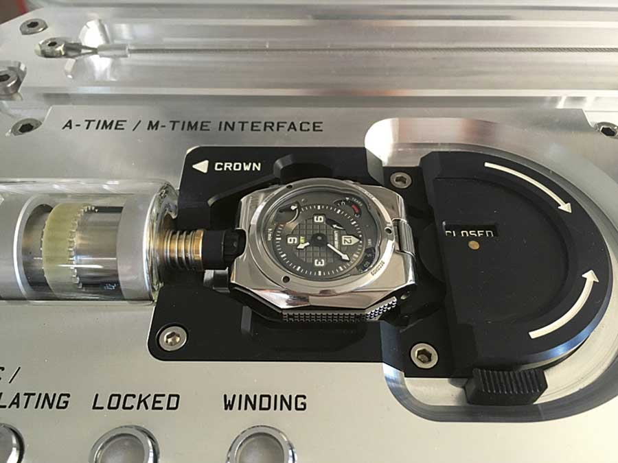 Urwerk  Project-AMC: Angedockt: Befindet sich die mechanische Armbanduhr auf dem Sockel der Atom-Mutteruhr, wird sie auch automatisch aufgezogen