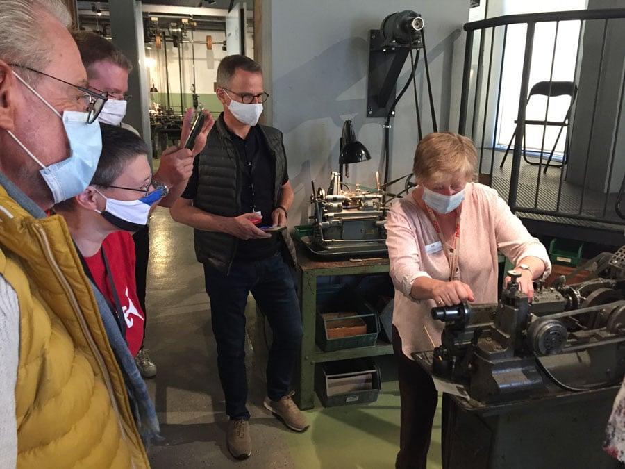 Arbeit an einer historischen Maschine im Uhrenindustriemuseum Schwenningen