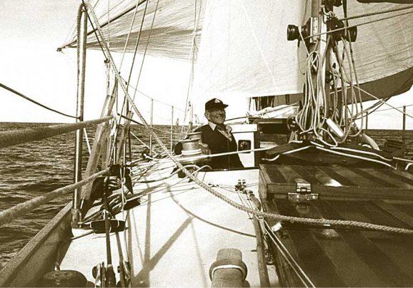 Sir Francis Chichester auf seiner Gipsy Moth IV