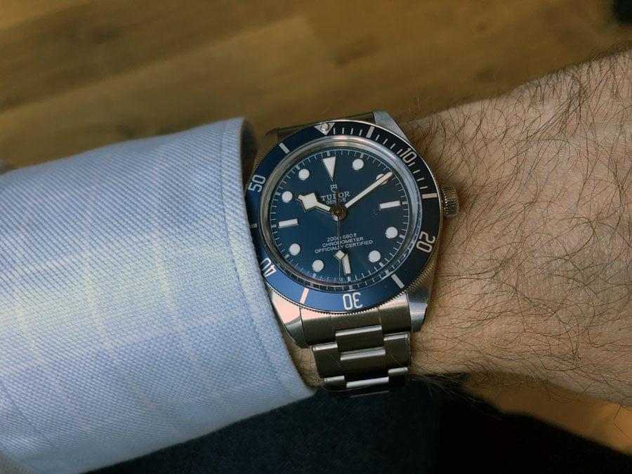 Tudor: Die Black Bay Fifty-Eight Navy Blue mit Stahlband am Handgelenk
