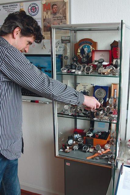 Uhrmachermeister und FH-Mitarbeiter David Luther zeigt gesammelte Fälschungen