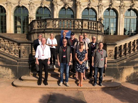 Die Teilnehmer der Leserreise 2020 vor dem Mathematisch-Physikalischen Salon in Dresden
