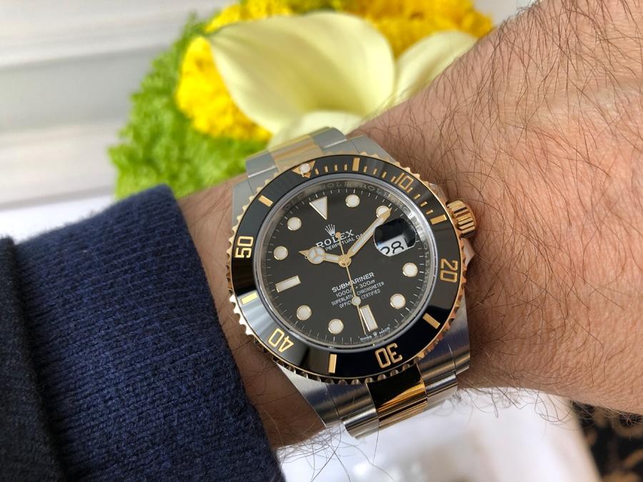 Rolex Submariner 41 schwarz gold Zifferblatt Wristshot