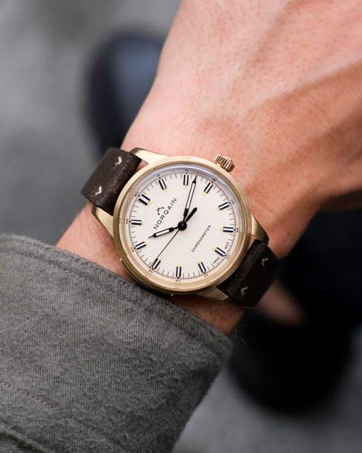Norqain: Freedom 3-Zeiger-Modell mit braunem Lederband am Handgelenk