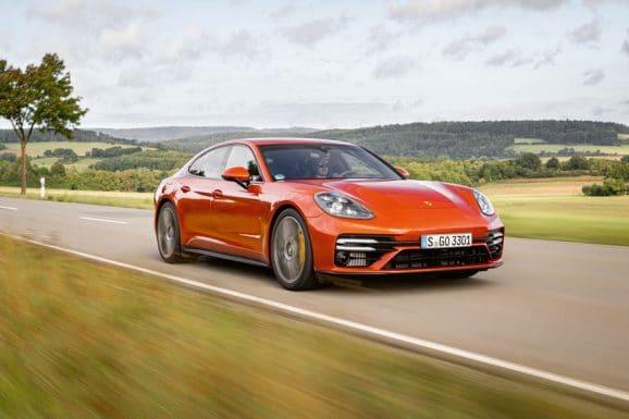 Im neuen Porsche Panamera Turbo S kommt die Porsche-Design-Uhr zuerst zum Einsatz.