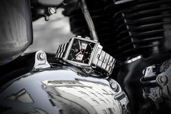 TAG Heuer: Monaco Calibre Heuer 02 mit schwarzem Zifferblatt und Stahlband