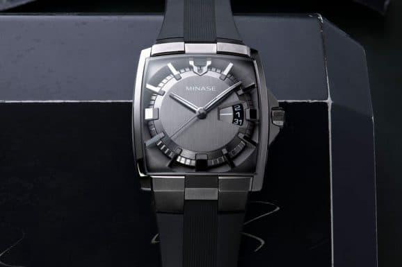 Minase: Horizon mit schwarzem Kautschukband und grauem Zifferblatt