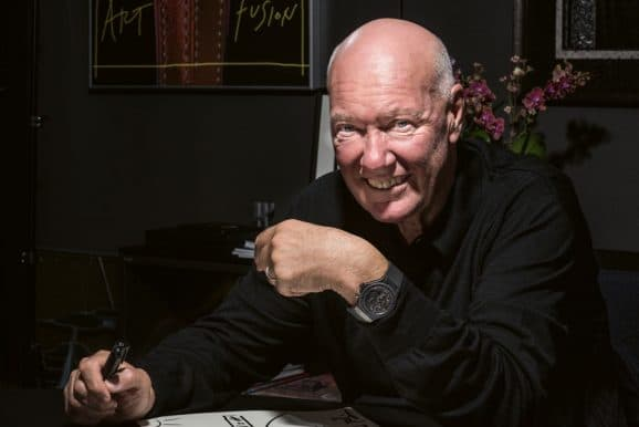 Jean-Claude Biver am Schreibtisch sitzend während des Interviews