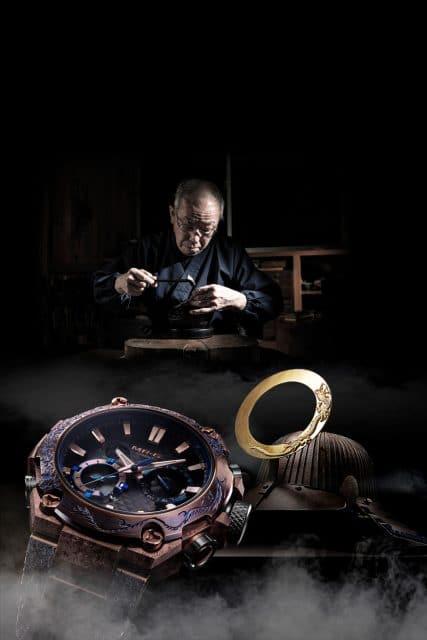 Metallkünstler Masao Kobayashi steht hinter der Gravur der G-Shock MRG-B2000SH Shougeki-Maru im Stil von Samurai-Helmen