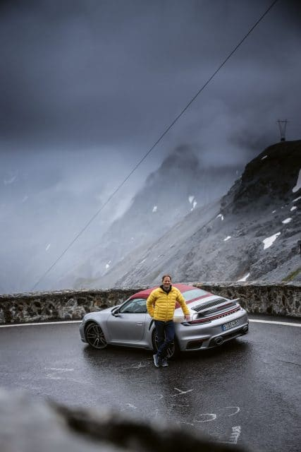 Porsche: 911 Turbo Heckansicht mit Redakteur Jens Koch