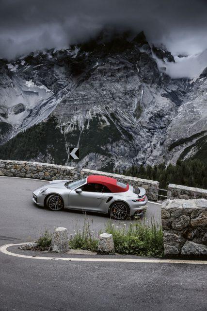 Porsche: 911 Turbo Seitenansicht während der Fahrt
