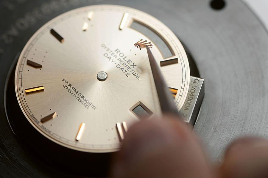 Rolex: Anbringen der Appliken auf dem Zifferblatt einer Day-Date
