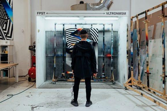 Felipe Pantone vor einem seiner Kunstwerke