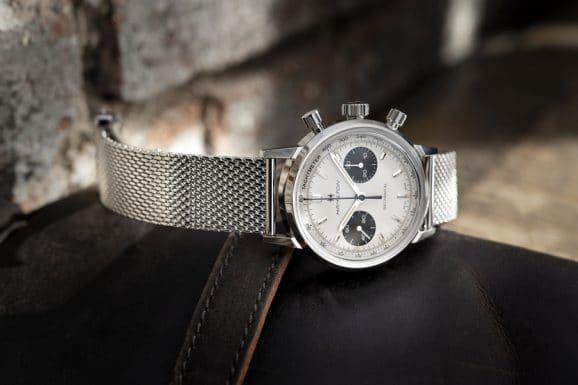 Hamilton: Intra-Matic Chronograph H mit weißem Zifferblatt und Edelstahlarmband