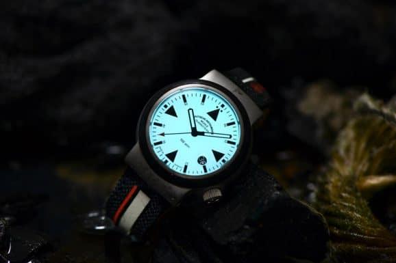 Die neue Uhr der Seenotretter leuchtet im Dunkeln vollflächig