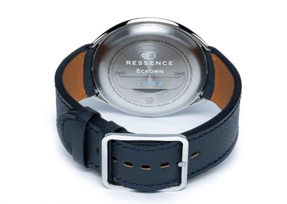 Der Bügel auf der Gehäuserückseite der Ressence Type 2N Night Blue kann ausgeklappt werden. So lässt sich die Uhrzeit einstellen