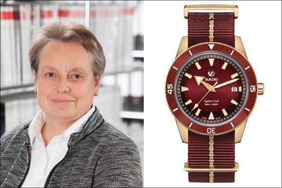 Martina Richter, stellvertretende Chefredakteurin UHREN-MAGAZIN, genießt die Zeit - mit oder ohne Fußball - mit der Rado Captain Cook Bronze Burgundy