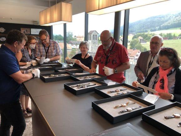 Im Firmenmuseum von Montblanc gibt es eine lange Präsentationstheke zur Uhrenvorlage